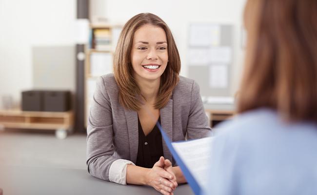 Schülerin nach Abschluss bei einem Bewerbungsgespräch
