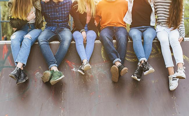 Schüler sitzen auf Sakeboardrampe