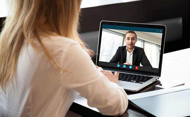 Schülerin im Online-Meeting mit Ansprechpartner
